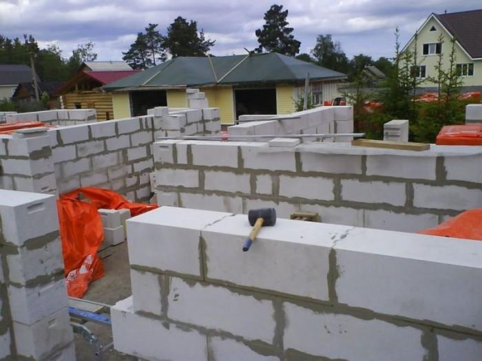 из чего строить дом газобетон или кирпич