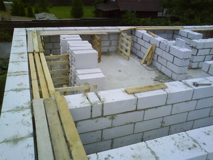 из чего строить дом брус или газобетон