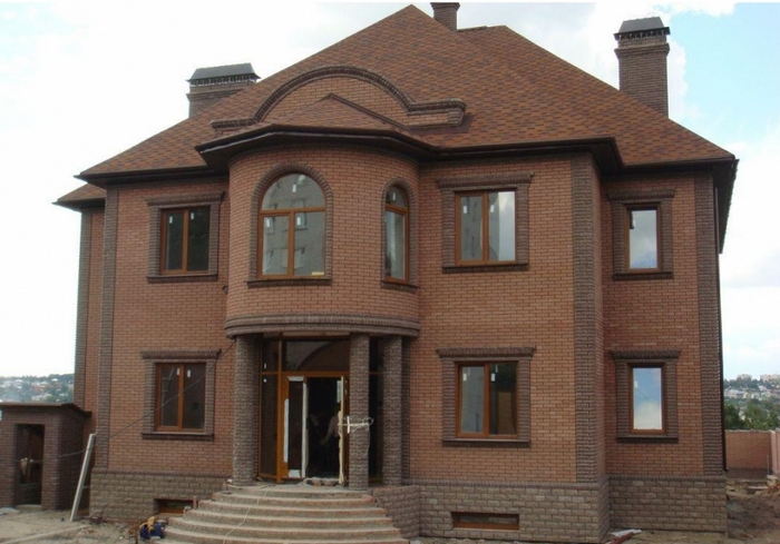 двухэтажный кирпичный дом
