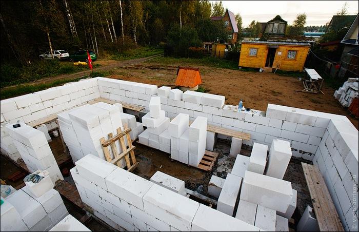 дом из блоков на свайном фундаменте