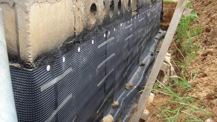 Для предотвращения воздействия осадков и защиты дома прокладывают гидроизоляцию