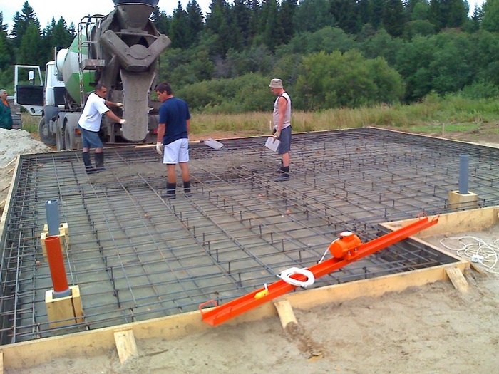 как залить фундамент на болотистой почве