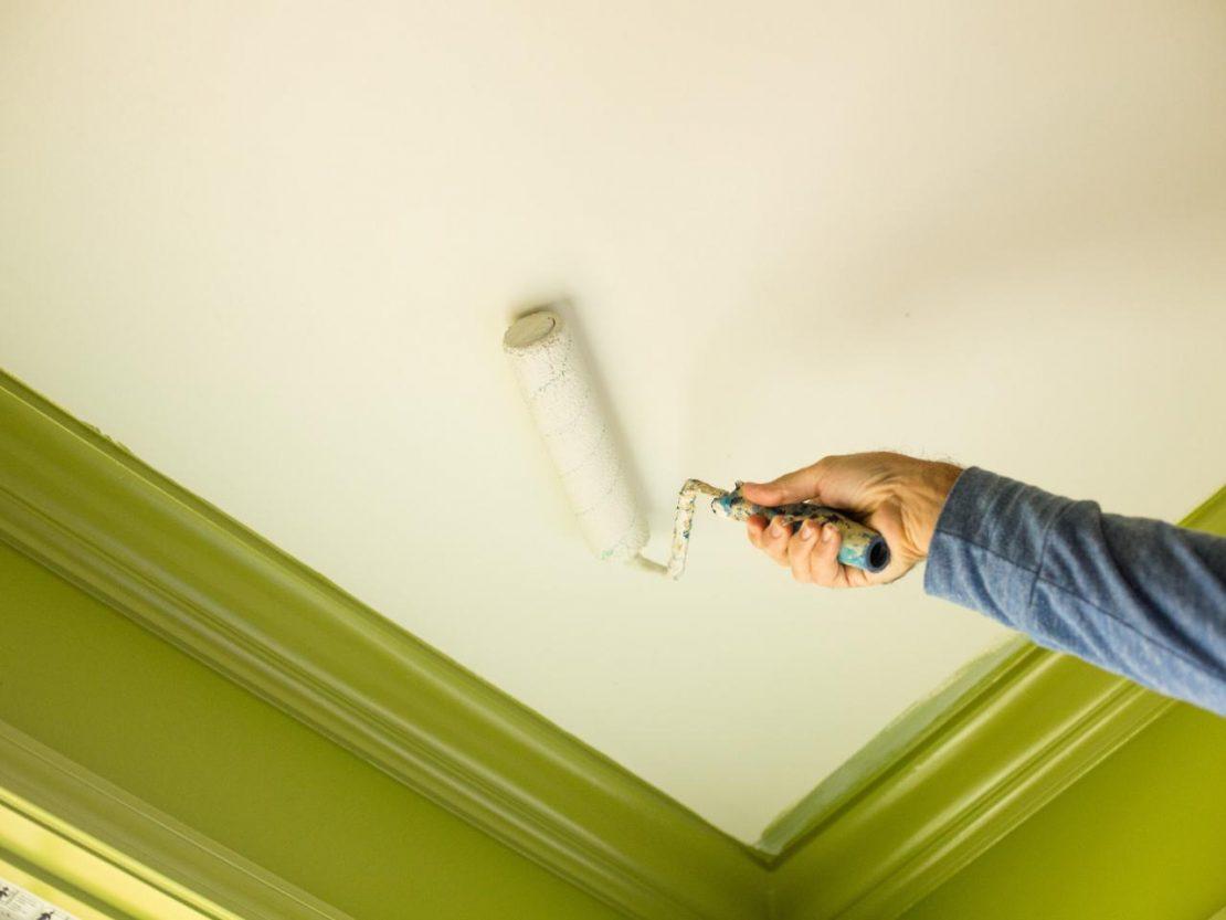 покраска потолка в помещении ванной