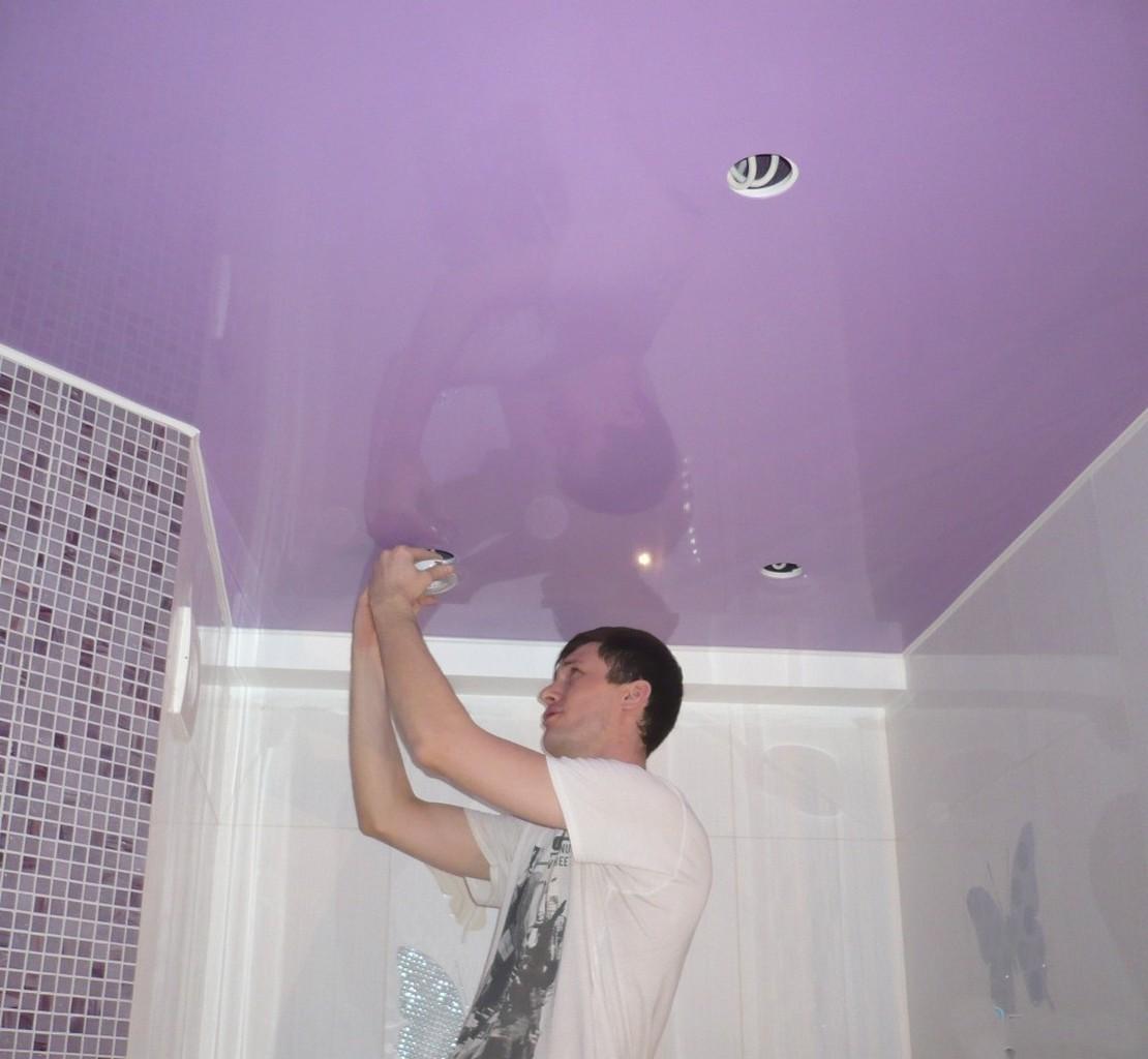 монтаж натяжного покрытия в ванной