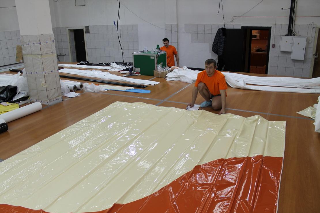 изготовление двухцветного натяжного потолка