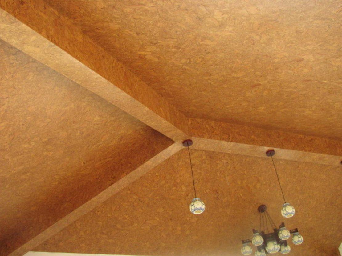укладка плитки из пробки на потолок