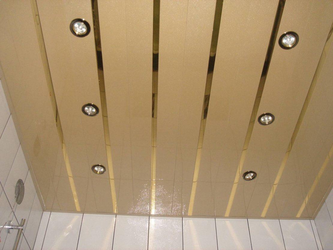 потолок из реек в ванной комнате