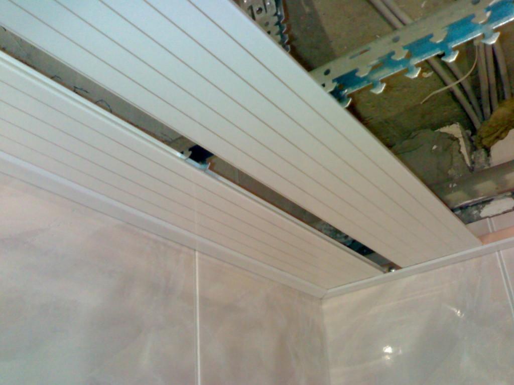 разобрать подвесной реечный потолок