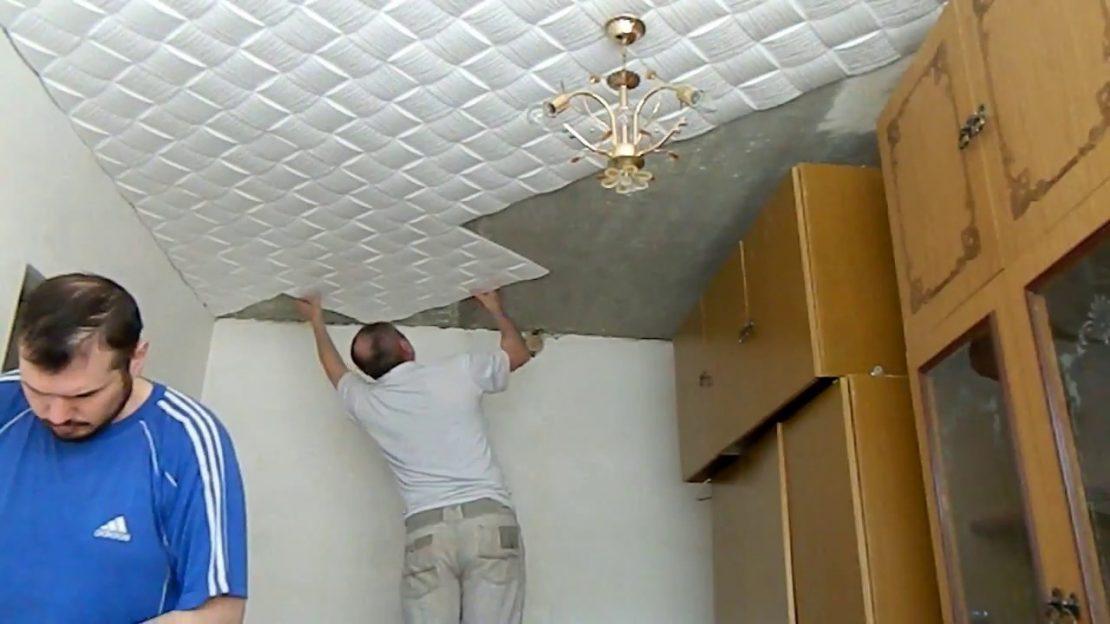 технология оклеивания потолка