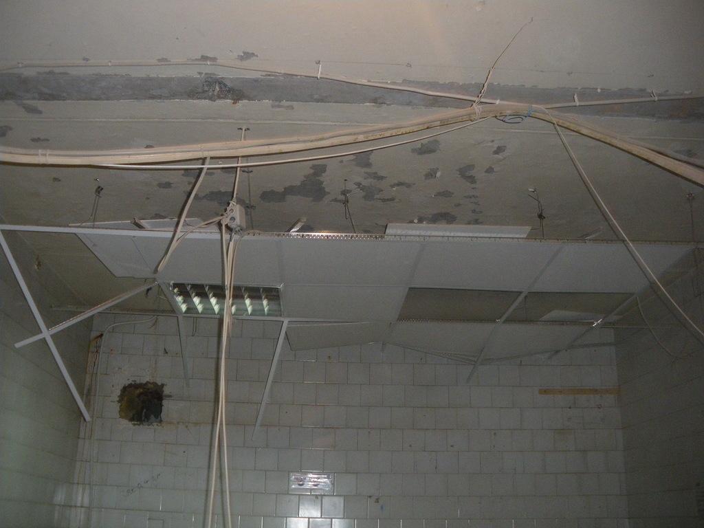 поэтапный демонтаж металлического потолка